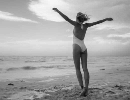 Foto in bianco e nero di modella Alena Mayuk in spiaggia in Toscana, fotografo Rigon